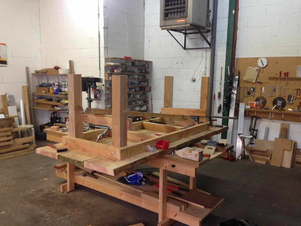 tafel in aanbouw in de werkplaats