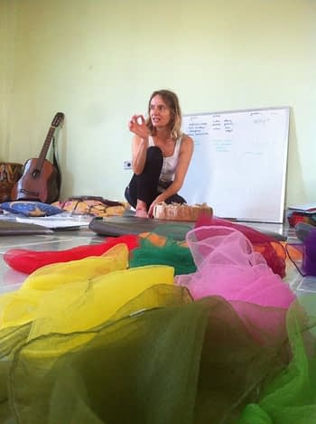 foto van zittende Tatjana trainer bij gekleurde doeken.